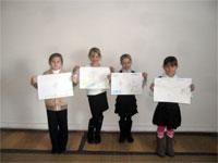 Воспитанницы воскресной школы со своими художественными работами