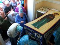 Молящиеся проходят под святой плащаницей