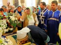 Верующие прикладываются ко святой плащанице