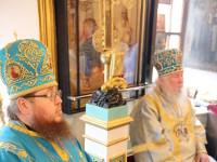 Архиереи слушают чтение святого Апостола