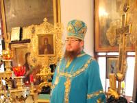 Его Преосвященство слушает чтение святого Апостола
