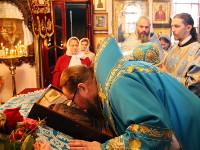 Его Преосвященство лобызает праздничную икону