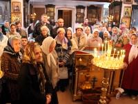 Молящиеся в храме за богослужением