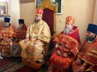 Священство слушает чтение святого Апостола