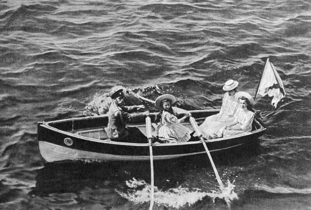 Осенью и весной царская семья часто жила в Крыму, в жаркие месяцы ездили отдыхать в Финляндию. Девочки в лодке — старшие дочери