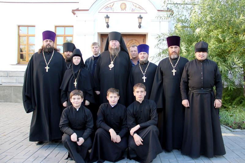 В Александро-Невском соборе монастыря владыка возглавил молебен с акафистом Тихвинской иконе Божией Матери
