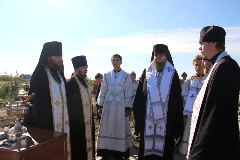 Преосвященнейший епископ Владимир совершил заупокойную литию на Новом городском кладбище Петропавловска