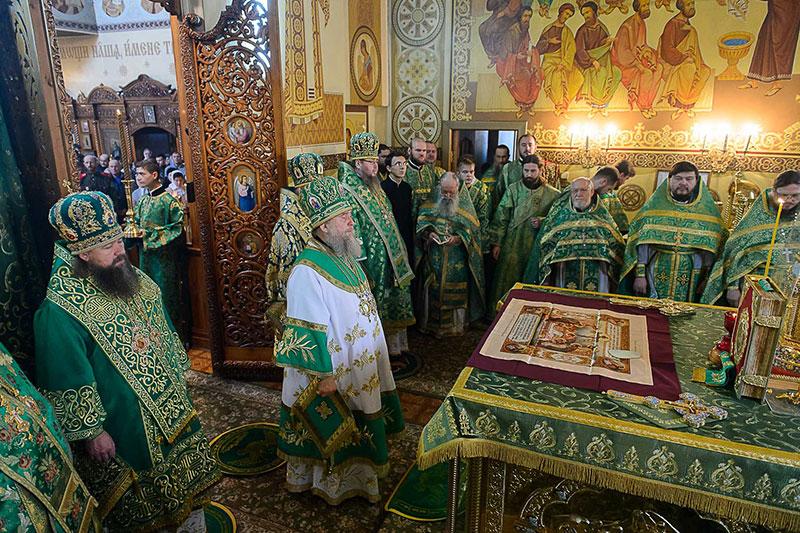 Преосвященнейший епископ Владимир сослужил Главе Митрополичьего округа во Введенском кафедральном соборе Караганды