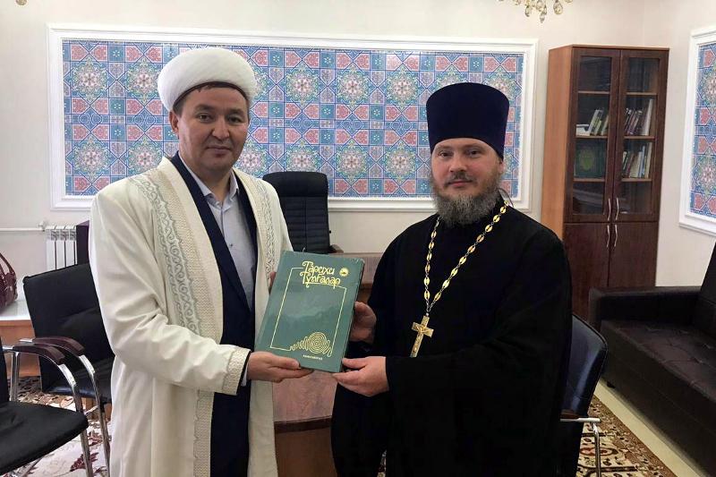 Секретарь епархии протоиерей Сергий Первушин поздравил Бас Имама области с праздником Ораза Айт