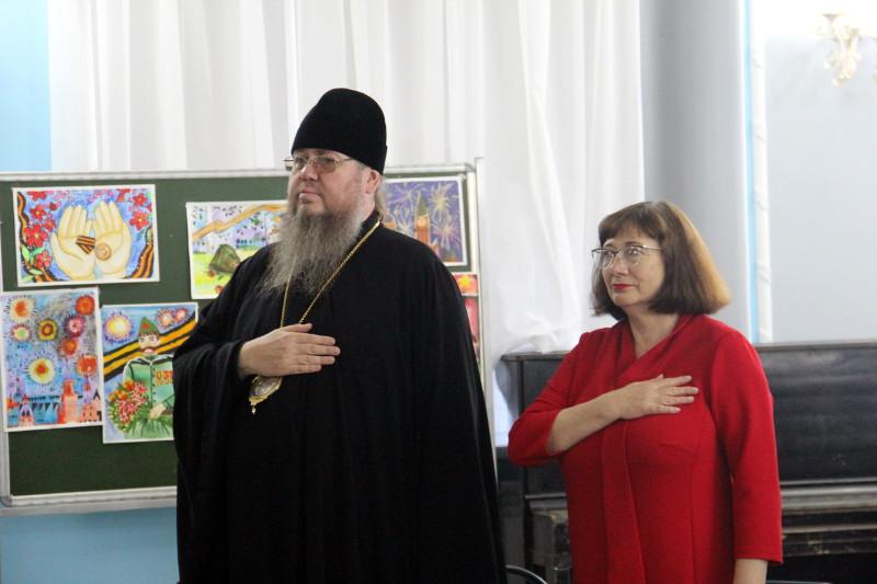 Торжественный вечер, посвященный чествованию активистов школы и их родителей в школе в честь прп. Сергия Радонежского