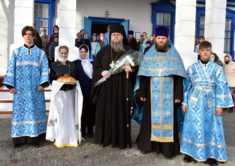 Преосвященный Владимир совершил Всенощное Бдение под праздник Покрова Богородицы в Успенском храме с. Большой Изюм