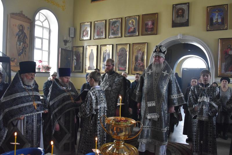 Преосвященный епископ Владимир совершил Литургию Преждеосвященных Даров и чин освящения колива в главном храме Северного Казахстана