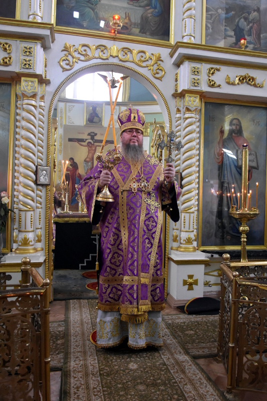 Архиерейская Литургия в Неделю Крестопоклонную