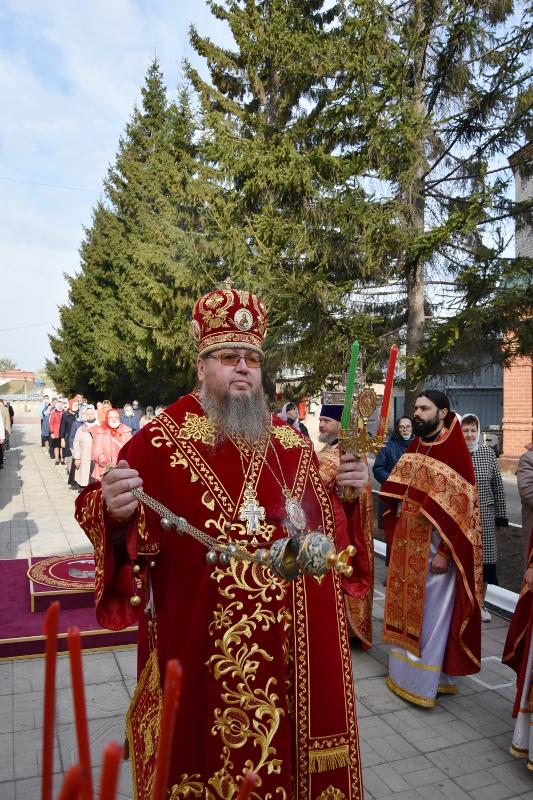 В Фомину Неделю епископ Владимир совершил Божественную Литургию в соборе святых апостолов Петра и Павла