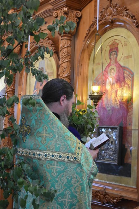 Преосвященный епископ Владимир возглавил Великую вечерню в день святой Пятидесятницы