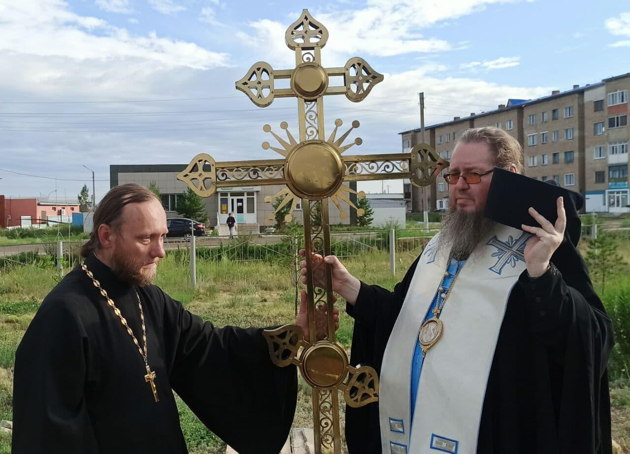 Преосвященный епископ Владимир освятил новые купола на храм святителя Николая и здание Воскресной школы в Новоишимке